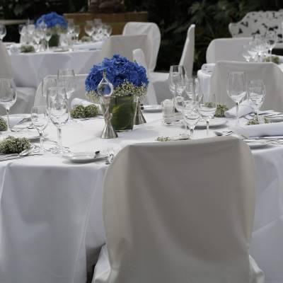 catering na svatbu sklenice na stole